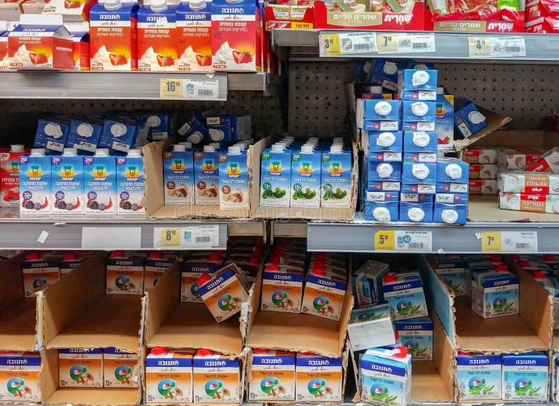 Paquets cr?mes doux ? vendre au supermarch? isra?lien de nourriture photos libres de droits