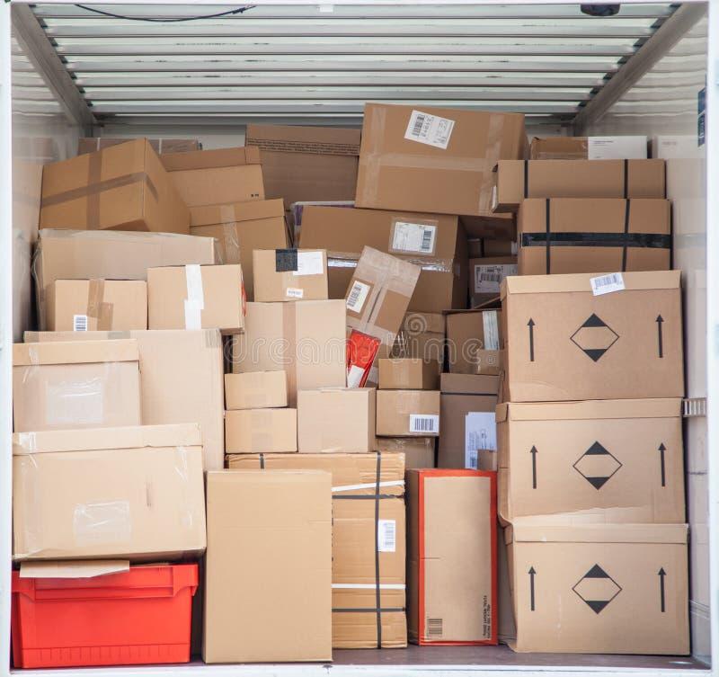 Paquets dans le camion de livraison photos stock
