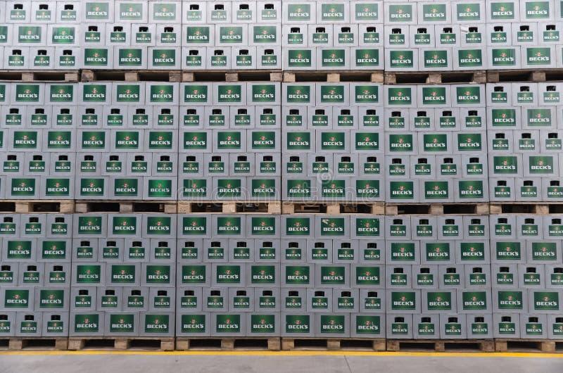 Paquets de bière mis en bouteille dans un sort extérieur de stockage images stock