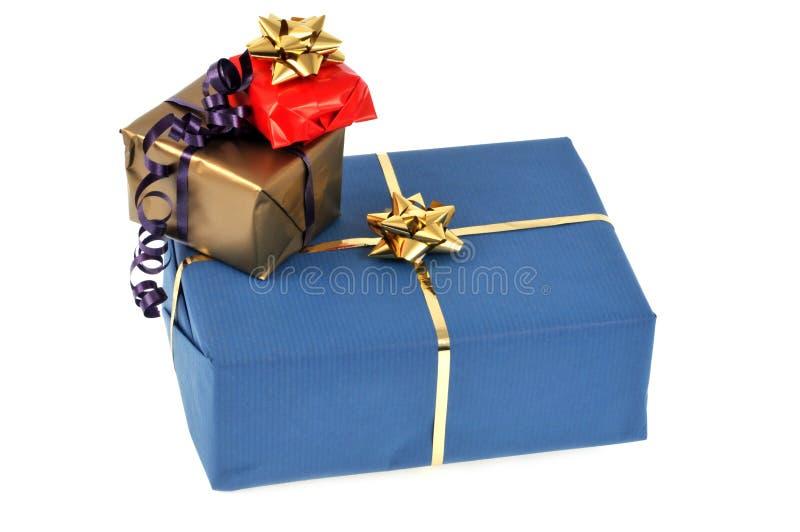 Paquets de cadeau en plan rapproch? sur le fond blanc photographie stock