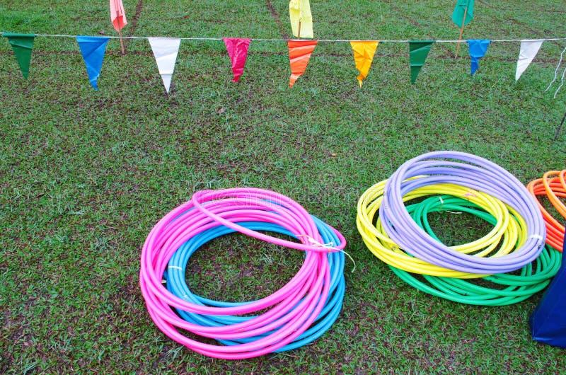 Paquets de cercle coloré de Hula sur l'herbe photographie stock