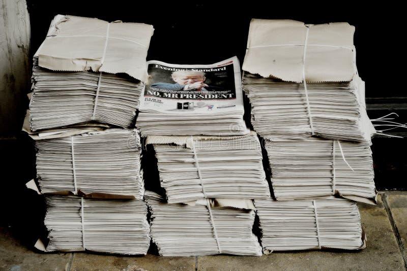 Paquets de journal sur la rue de Londres photo libre de droits