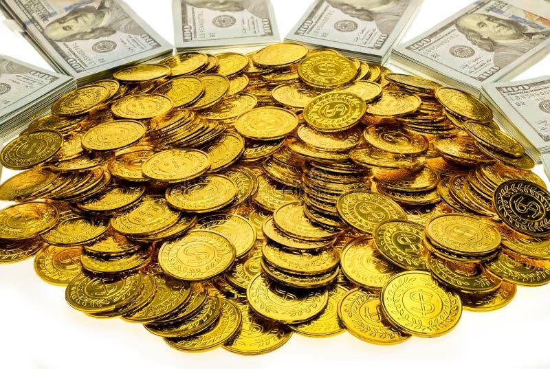 Paquets de pile de 100 billets de banque de dollars US et de pièces d'or images stock