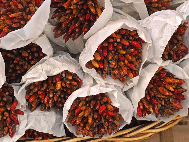 Paquets de poivrons frais rouges, pointu et chaud images libres de droits