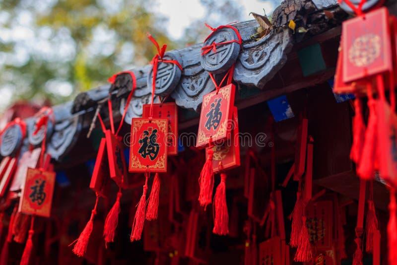 Paquets de rouge accrochant sur le toit photos libres de droits