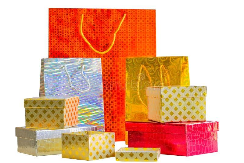 Paquets de vacances et petits boîte-cadeau sur le fond blanc images stock