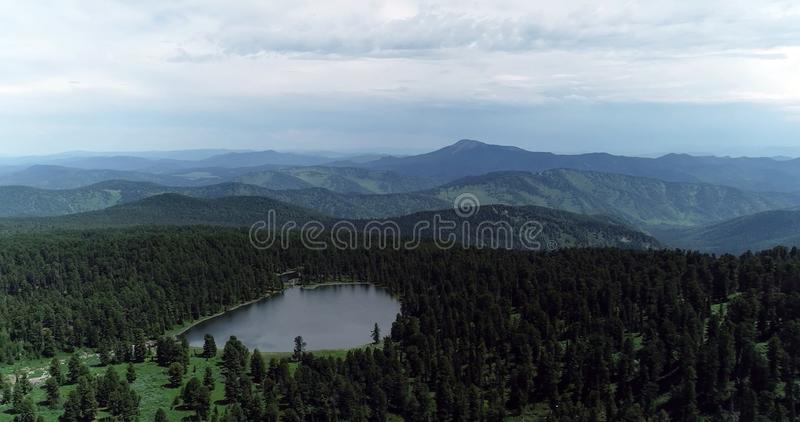 Paquistão: Um lago anônimo pequeno da montanha fotografia de stock royalty free