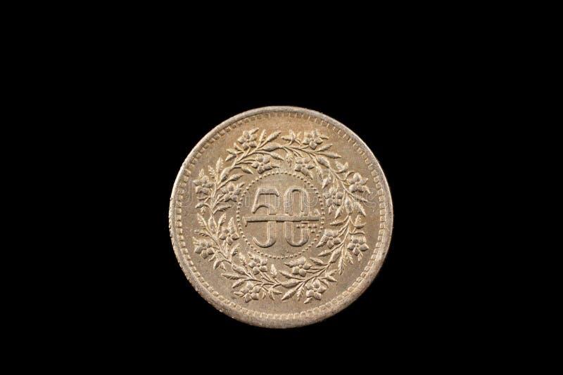 Paquistanês idoso moeda de cinqüênta rupias isolada no preto imagem de stock royalty free