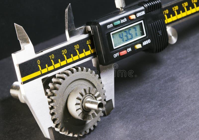 Parámetros de la medida de los engranajes, detalles por micrómetro digital imagen de archivo