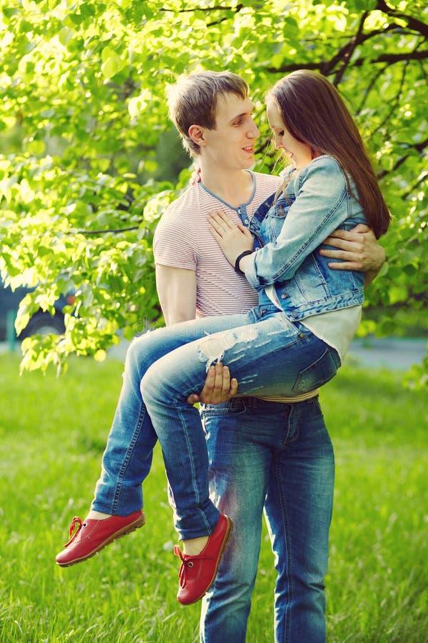 parę miłości na zewnątrz young kochający mężczyzna i kobieta na spacerze w lato parku zdjęcie stock