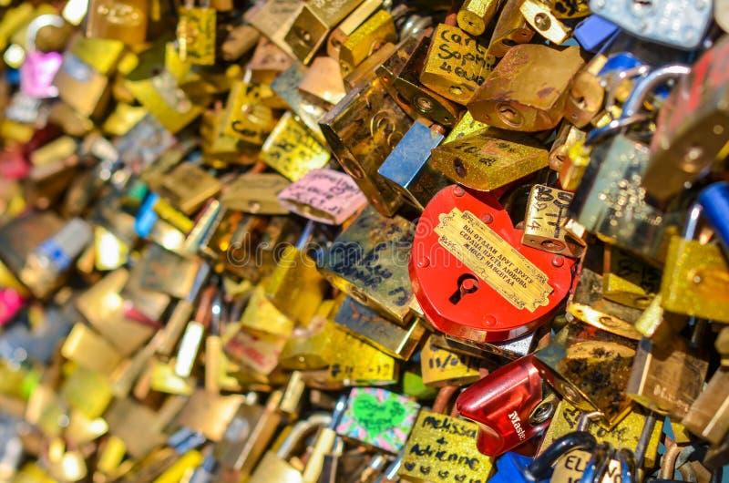 PARÍS - ABRIL DE 2014: El amor padlocks en Pont des Arts el 17 de abril de 2014, en París, Francia Porciones de cerraduras colori imagenes de archivo