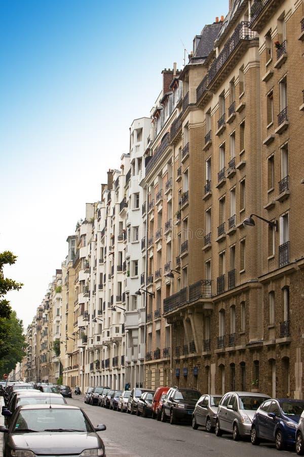 París. Calle con los coches estacionados imagen de archivo libre de regalías