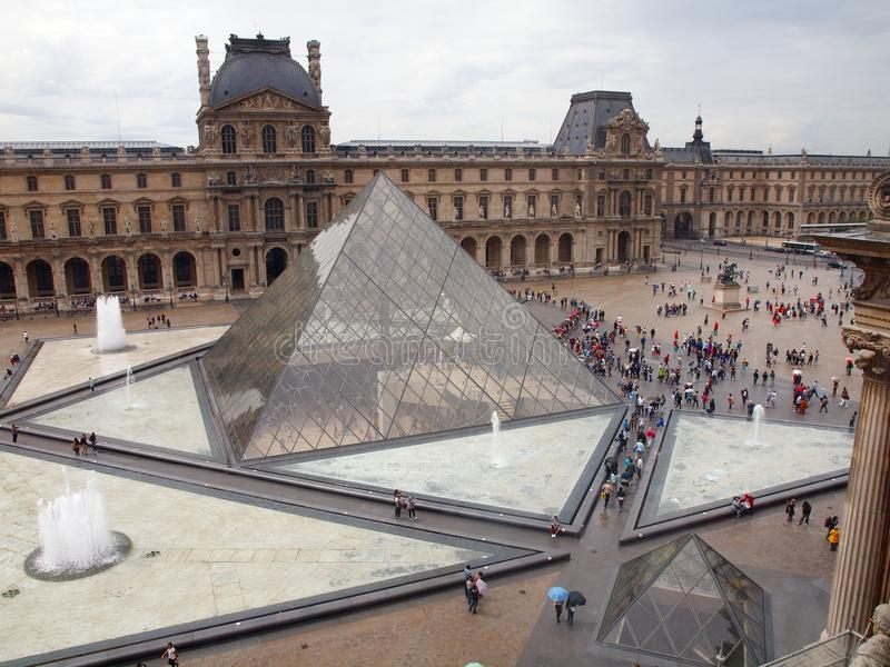 Entrada de la pirámide del Louvre al museo famoso. París. Francia. 21 de junio de 2012 imagen de archivo