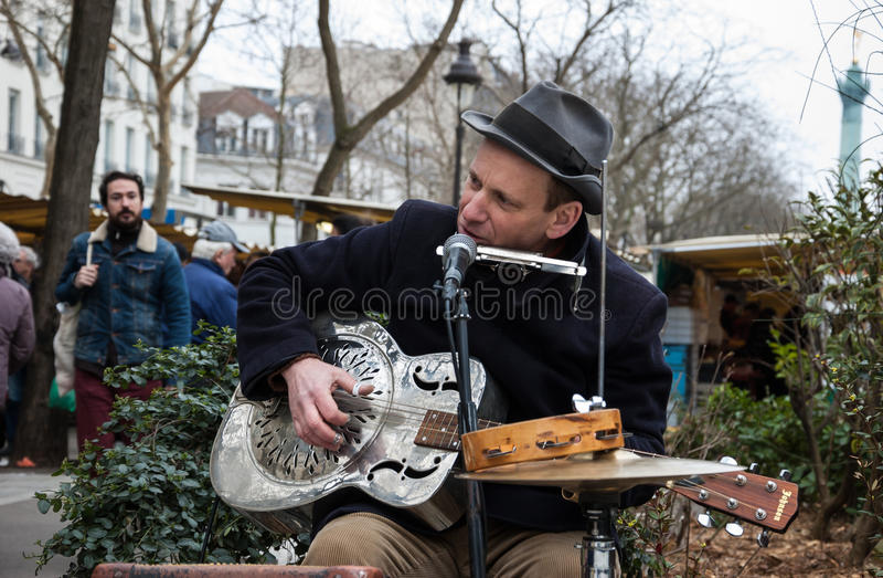 Guitarrista de la calle en París imagenes de archivo