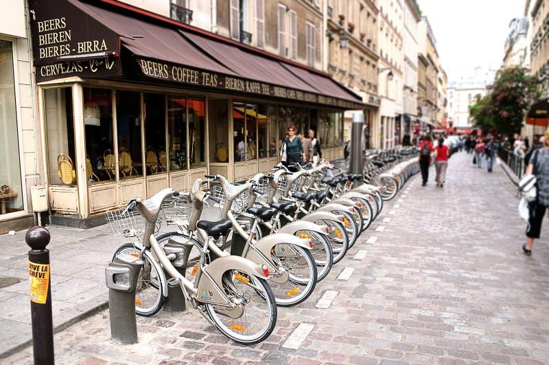 PARÍS - 7 de mayo: Bicicleta que comparte la estación el 7 de mayo de 2009 en París, fotografía de archivo libre de regalías