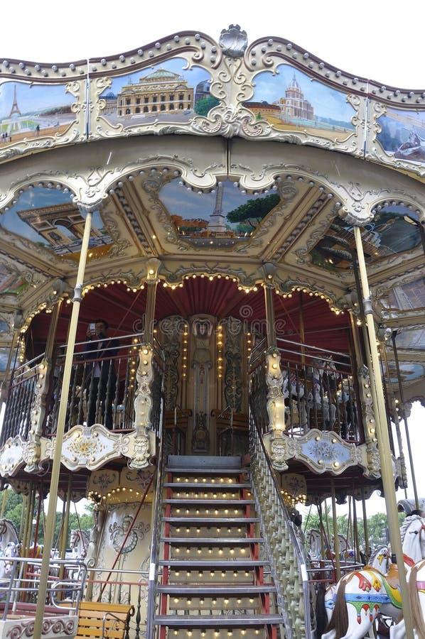 París, el 19 de julio: Ciérrese encima del carrusel cerca de torre Eiffel de París en Francia imágenes de archivo libres de regalías