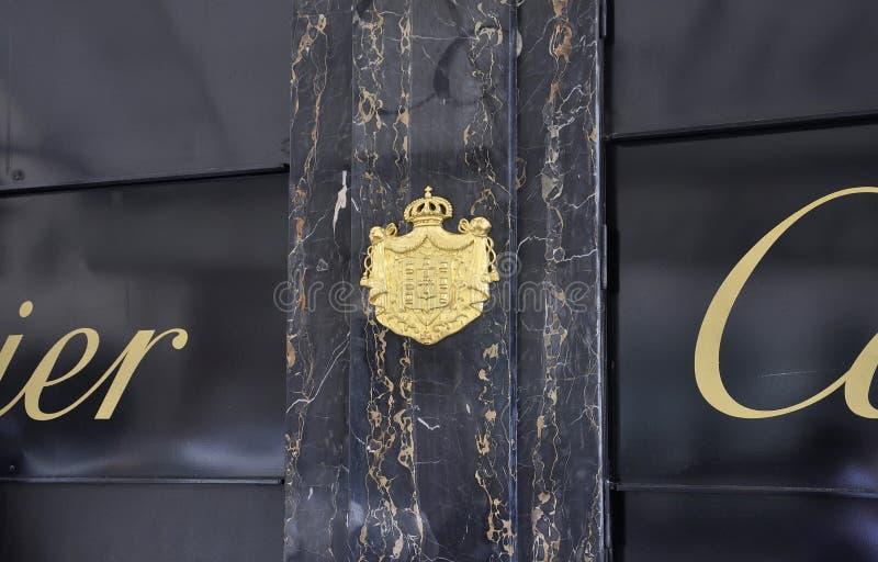 París, el 18 de julio: Cote de brazos de Cartier Jewellery de París en Francia imagenes de archivo