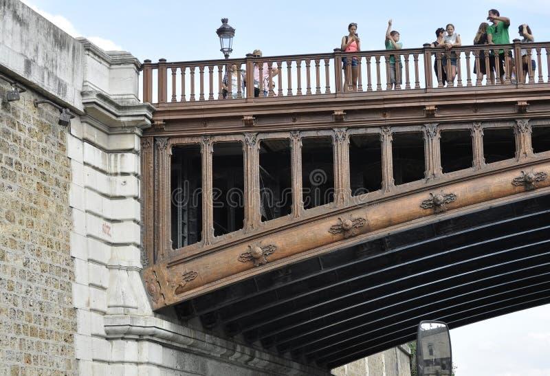 París, el 18 de julio: Detalles del doble del au de Pont sobre el Sena de París en Francia fotografía de archivo