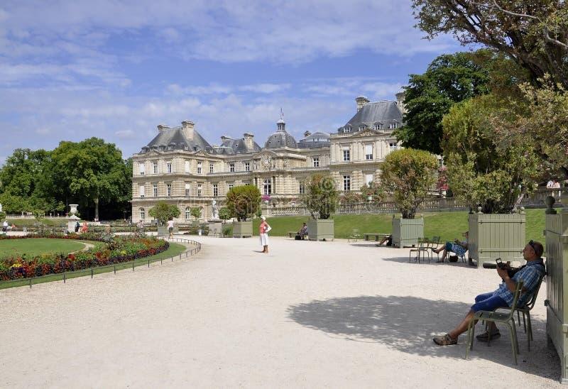 París, el 18 de julio: Palacio de Jardin du Luxemburgo de París en Francia fotos de archivo libres de regalías