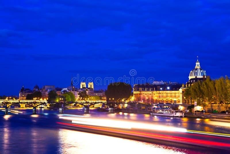 París en la hora azul imagen de archivo libre de regalías