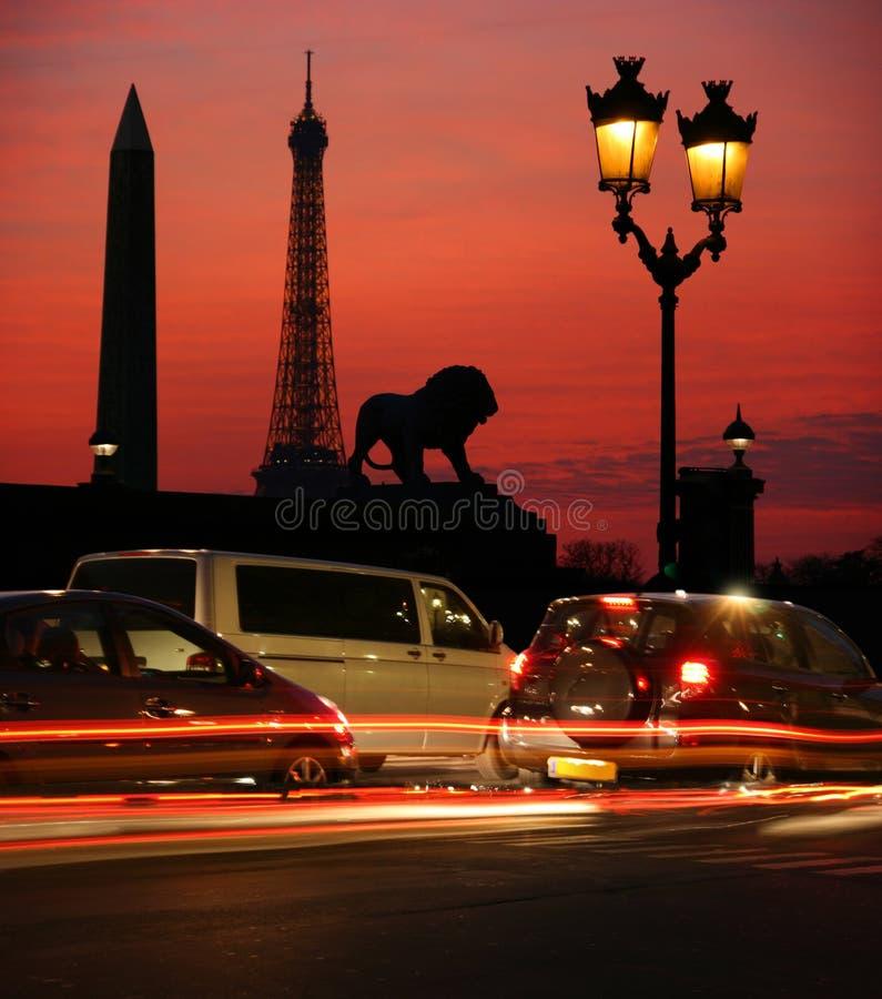 París en la noche imagenes de archivo
