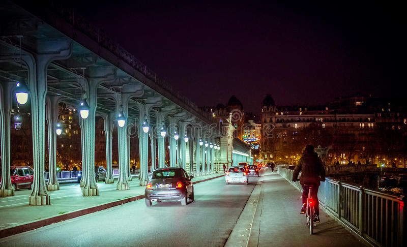 París en la noche cerca del puente fotos de archivo libres de regalías