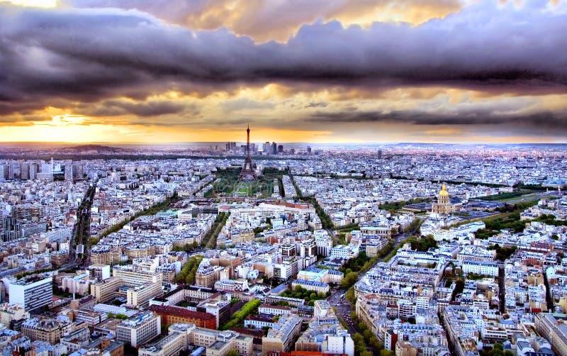 París en la puesta del sol fotografía de archivo
