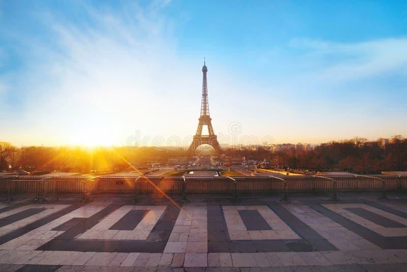 París en la salida del sol imagen de archivo libre de regalías