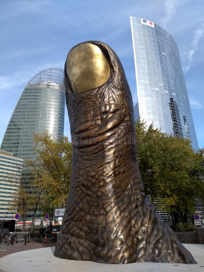 París /France - 1 de noviembre de 2017: El monumento de bronce al pulgar Le Pouce del escultor Cesar Baldaccini fotos de archivo