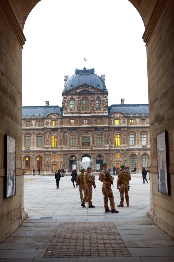 París, Francia - 12 10 2016: armado con la patrulla Lo de los soldados de los rifles foto de archivo