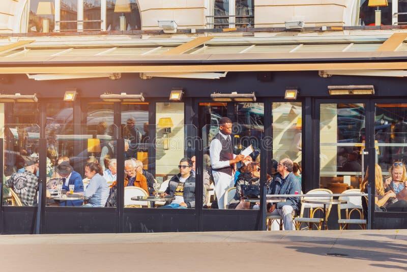 París, Francia Café típico con la terraza en la ciudad vieja foto de archivo libre de regalías