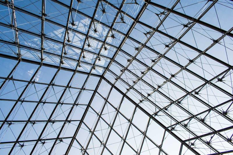 París, Francia - 1 de abril de 2019: Dentro de la pirámide de cristal famosa del Louvre fotografía de archivo