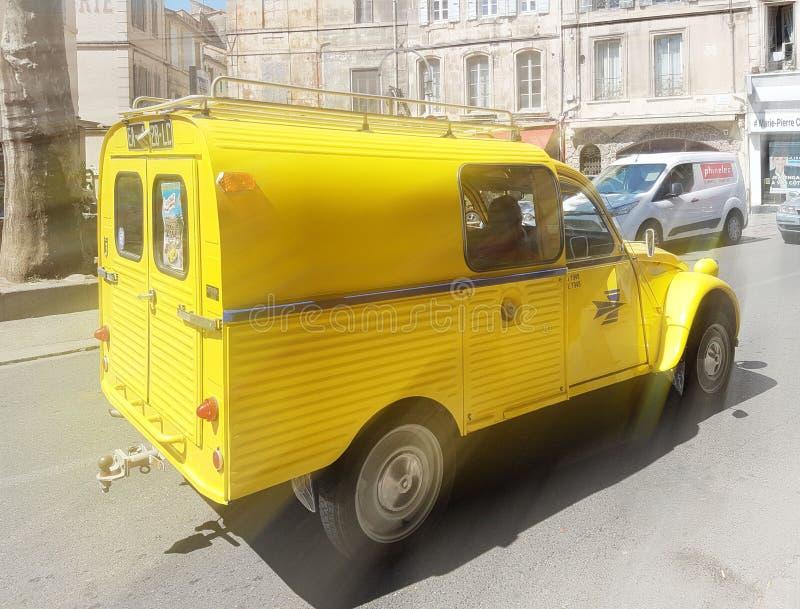 """París, Francia - 29 de abril de 2017: El coche del amarillo de n 2SW del Citroà """"está montando las calles de París imagen de archivo"""