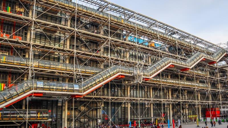 París/Francia - 6 de abril de 2019: Fachada del centro de Georges Pompidou en primavera imagen de archivo