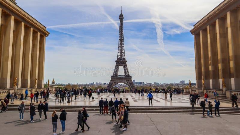 París/Francia - 5 de abril de 2019: Hermosa vista de la torre Eiffel y del paisaje urbano de Trocadero Gente en la plaza que barr imagenes de archivo