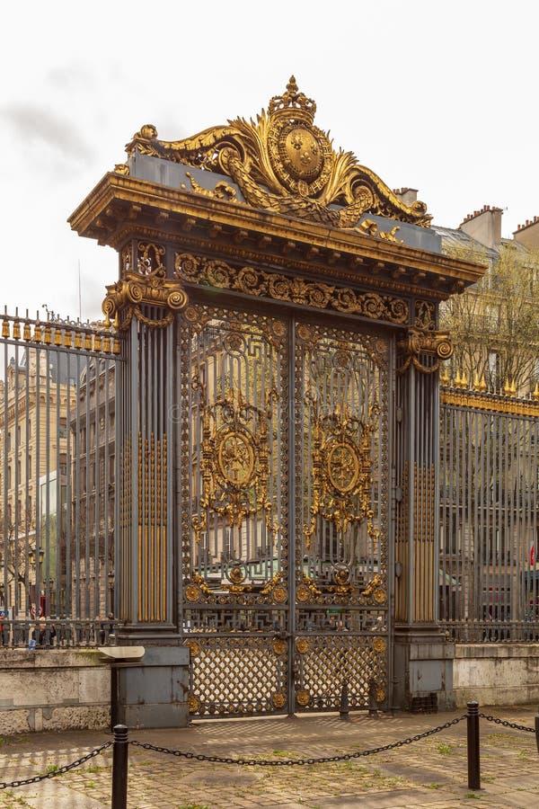 París, Francia - 1 de abril de 2017: La puerta de oro del palacio del tribunal llamó a palais de justice en lengua francesa en Pa fotos de archivo libres de regalías