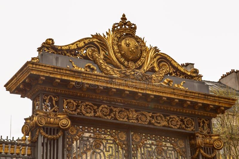 París, Francia - 1 de abril de 2017: La puerta de oro del palacio del tribunal llamó a palais de justice en lengua francesa en Pa fotografía de archivo libre de regalías