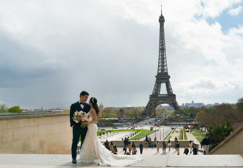 París, Francia - 3 de abril de 2019: Pareja asiática nuevamente casada que presenta para la imagen en París, Trocadero foto de archivo