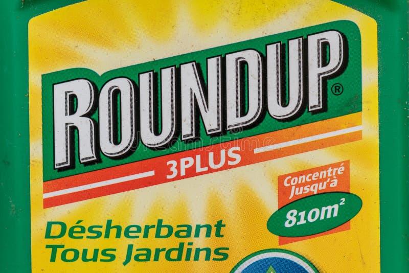 París, Francia - 15 de agosto de 2018: Herbicida en un jardín francés El rodeo es una marca de fábrica de un herbicida que contie fotos de archivo