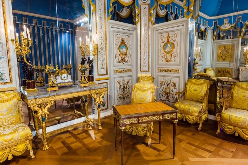 PARÍS, FRANCIA - 18 de agosto de 2017: Interior del museo del Louvre fotografía de archivo