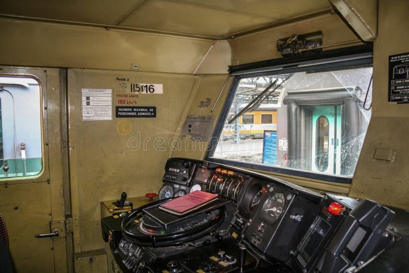 PARÍS, FRANCIA - 19 DE AGOSTO DE 2006: Interior de la carlinga de la cabina de conductor locomotor de un tren que pertenece a la  fotos de archivo
