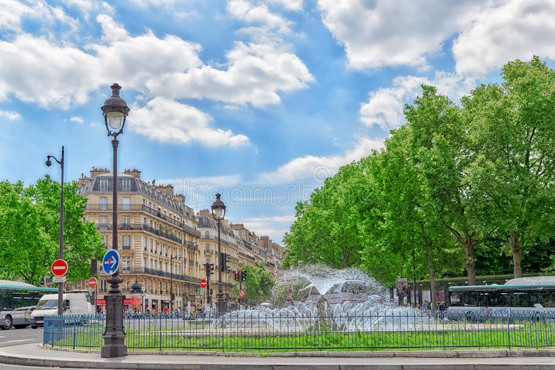 PARÍS, FRANCIA - 8 DE JULIO DE 2016: Fontaine Rostand cerca de Luxemburgo fotografía de archivo