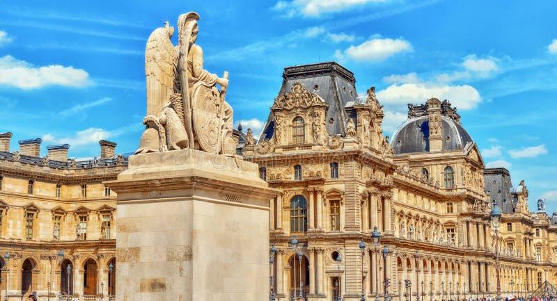 PARÍS, FRANCIA - 8 DE JULIO DE 2016: Museo del Louvre en París con viaje foto de archivo