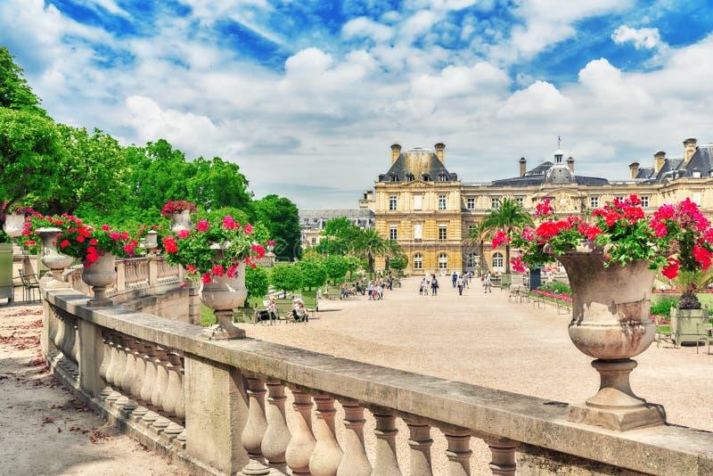 PARÍS, FRANCIA - 8 DE JULIO DE 2016: Palacio y parque de Luxemburgo en el PA fotos de archivo libres de regalías