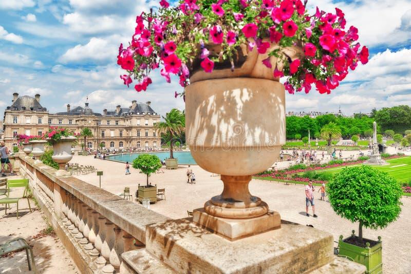 PARÍS, FRANCIA - 8 DE JULIO DE 2016: Palacio y parque de Luxemburgo en el PA imágenes de archivo libres de regalías