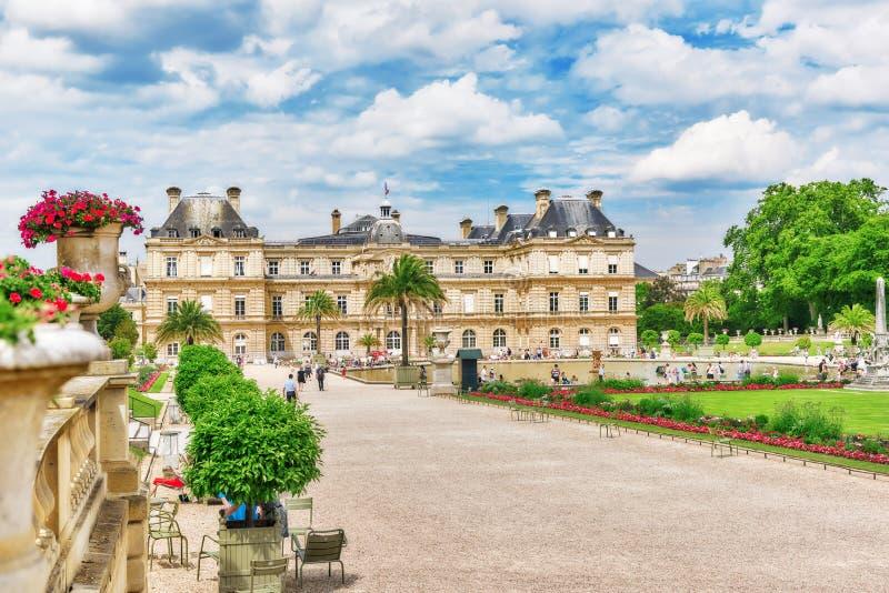 PARÍS, FRANCIA - 8 DE JULIO DE 2016: Palacio y parque de Luxemburgo en el PA fotografía de archivo