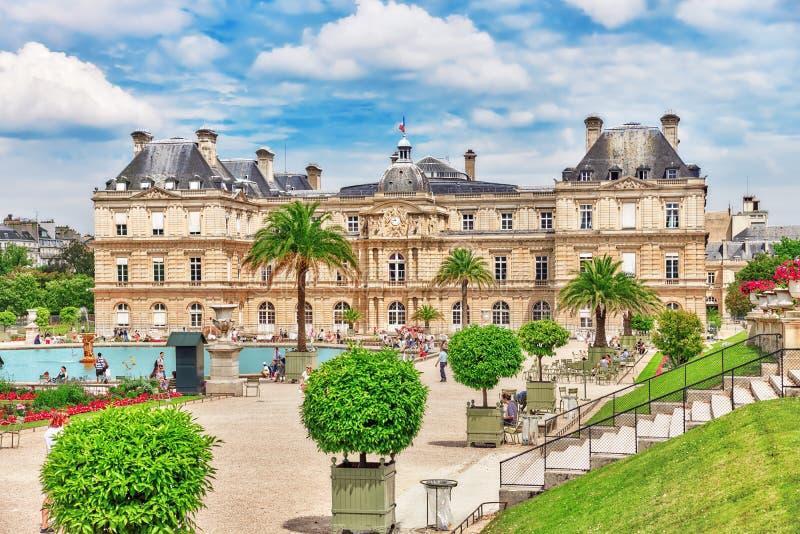 PARÍS, FRANCIA - 8 DE JULIO DE 2016: Palacio y parque de Luxemburgo en el PA imagenes de archivo