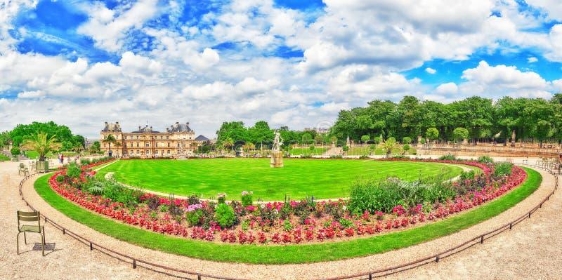 PARÍS, FRANCIA - 8 DE JULIO DE 2016: Palacio y parque de Luxemburgo en el PA foto de archivo libre de regalías
