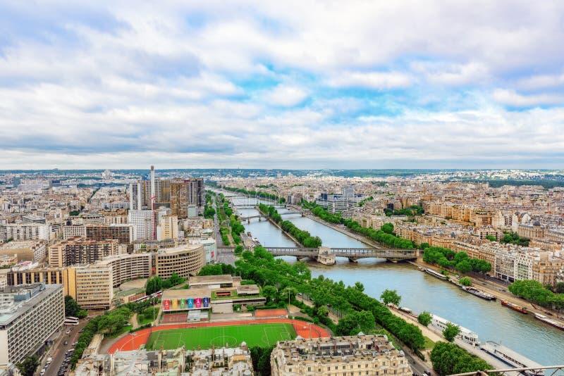 PARÍS, FRANCIA - 1 DE JULIO DE 2016: Panorama de la opinión de París de la torre Eiffel Vista del Sena fotografía de archivo