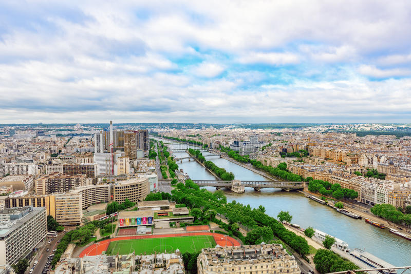 PARÍS, FRANCIA - 1 DE JULIO DE 2016: Panorama de la opinión de París del fotografía de archivo